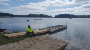 Sjösättningsramp med sjösättningsbrygga och hamnvakt.